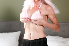 Alexandra_TS_Escort_Minden_Dessous_in_pink_und_schwarze_Pants
