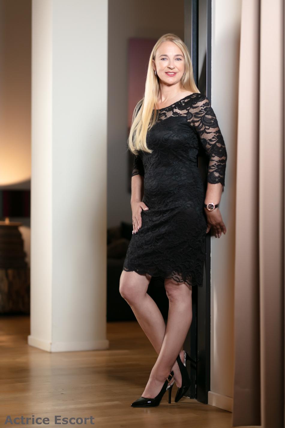 Annett-Escort-Dame-Kaufbeuren_Spitzenkleid_schwarz