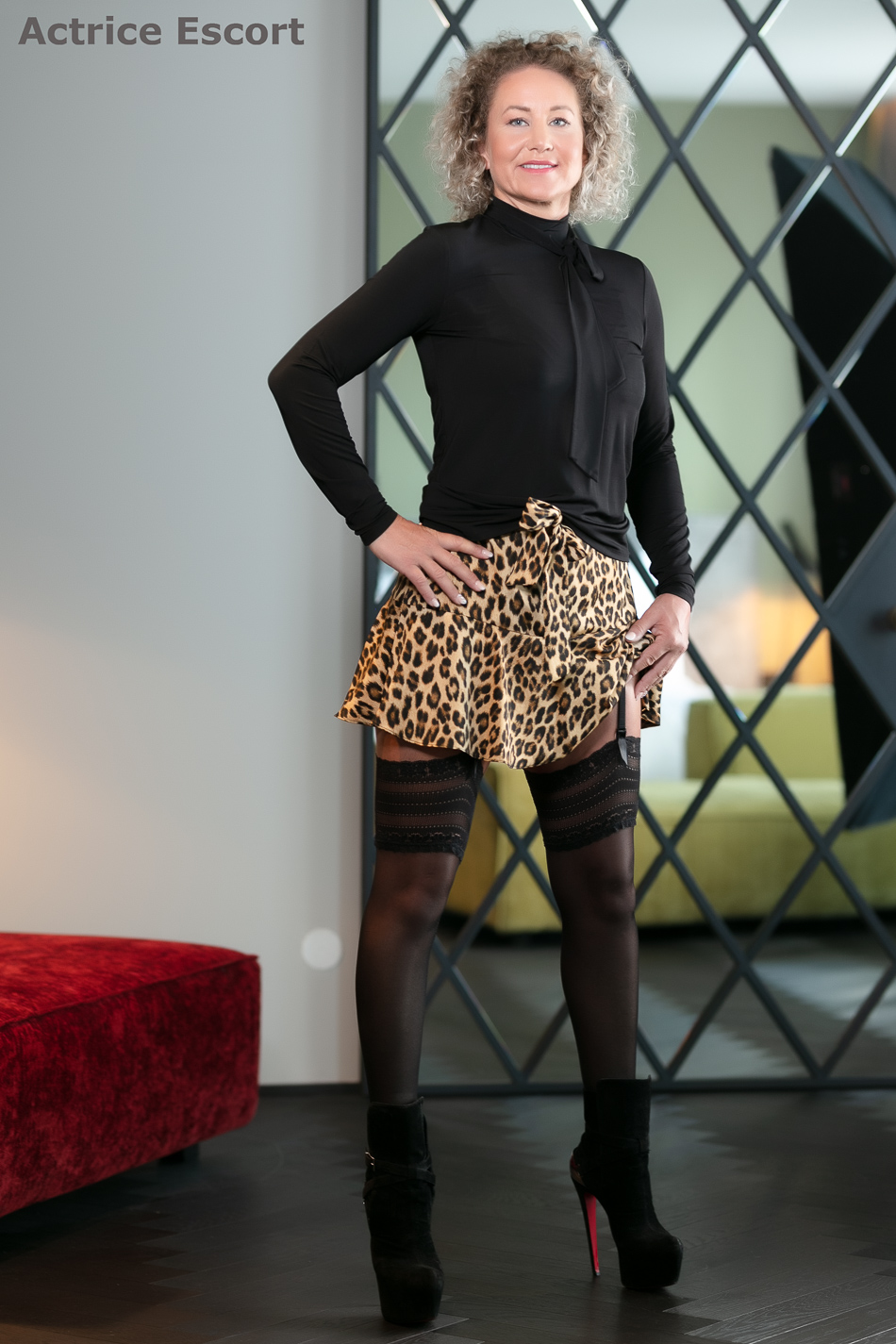 Lexy-Escortservice-Mannheim_frivoles_Outfit_mit_Louboutin_Stiefeletten